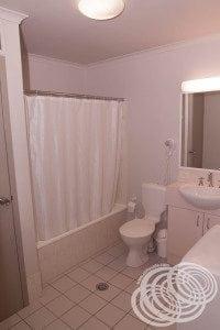 Rydges Horizons Deluxe Studio Bathroom Bath & Toilet