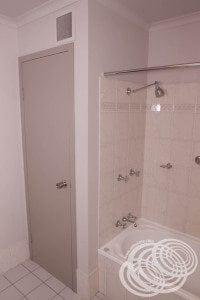 Rydges Horizons Deluxe Studio Bathroom Bath & Cupboard