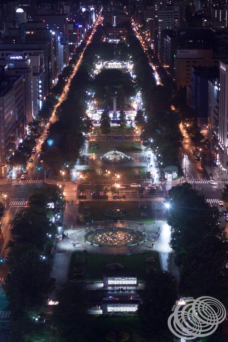 El parque Odori se ilumina por la noche: la vista desde la torre de televisión Sapporo.
