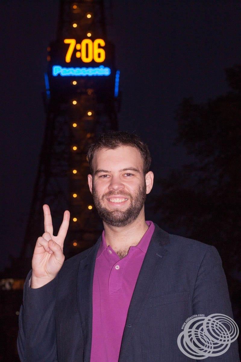 Matt fuera de la torre de televisión de Sapporo