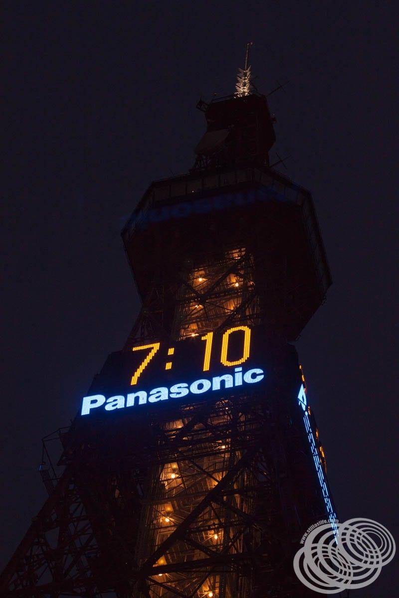 La torre de televisión de Sapporo comienza a iluminarse.