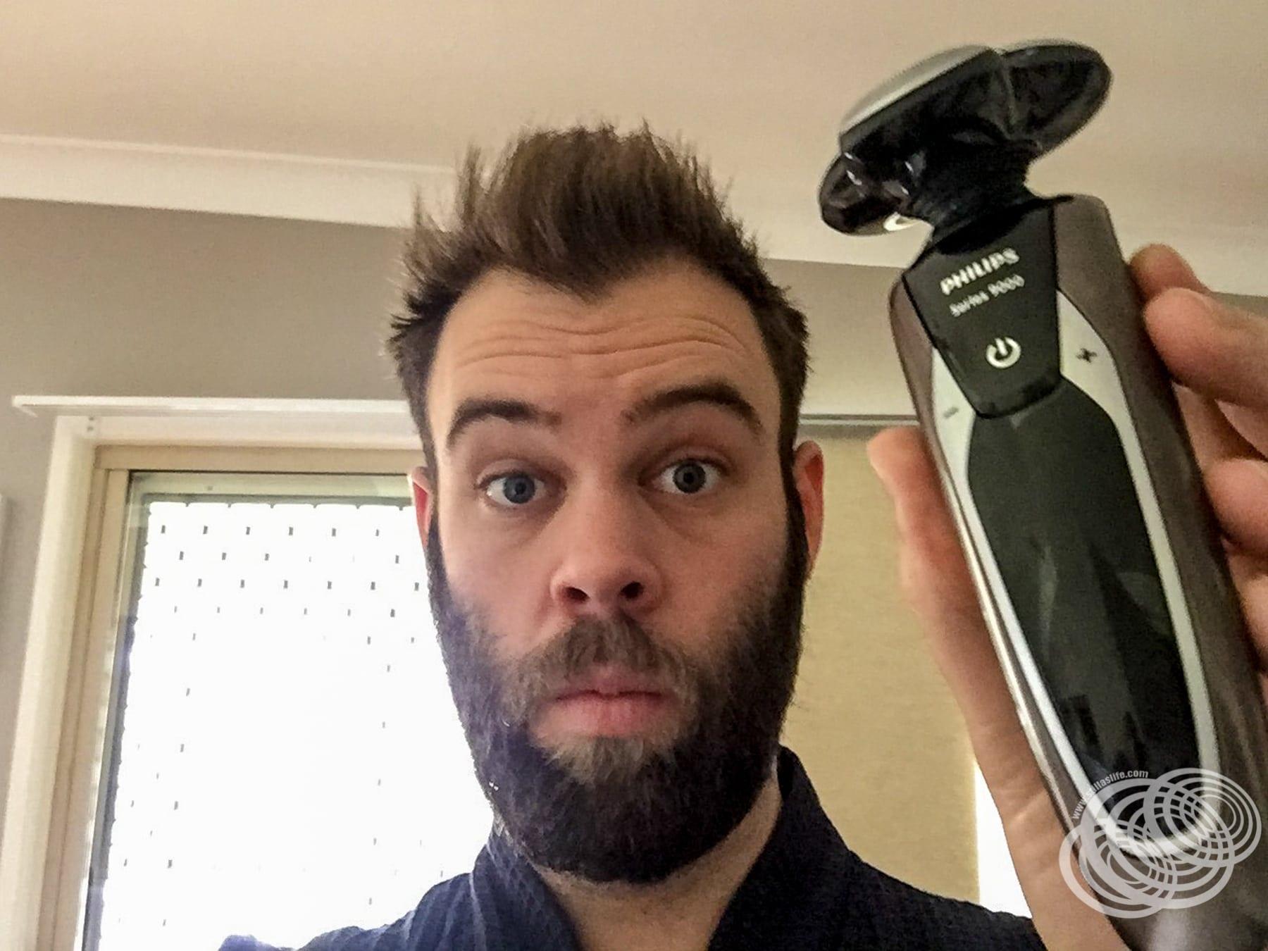 A punto de usar mi nueva afeitadora Philips Serie 9000 por primera vez.