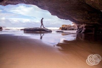 Matt en la entrada de la cueva, Caves Beach