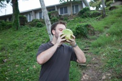 Matt bebiendo un coco recién cortado en las Islas Salomón