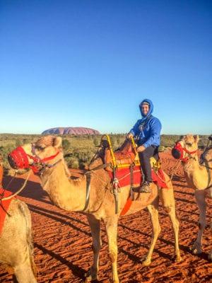 Matt montando un camello en Uluru